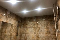 Устройства потолка в ванной